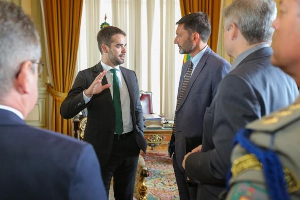 PORTO ALEGRE, RS, BRASIL, 18/03/2019 - O governador Eduardo Leite recebeu, na manhã desta segunda-feira (18) em seu gabinete no Palácio Piratini, a visita do Embaixador do Reino Unido no Brasil, Vijay Rangarajan.