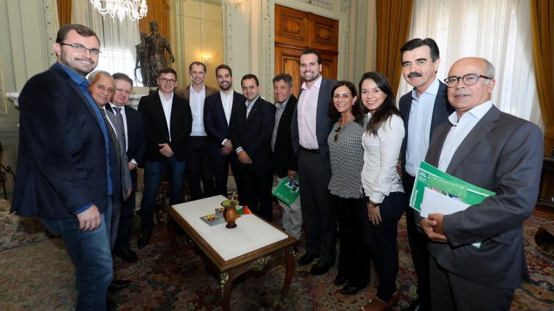 PORTO ALEGRE, RS, BRASIL, 24/04/2019 - Governador Eduardo Leite recebe convite para a feira Fecoarti de Santiago. Fotos: Itamar Aguiar/Palácio Piratini