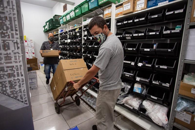 ESTEIO, RS, BRASIL, 16/03/2021 - O governo do Estado e o Exército Brasileiro iniciaram a entrega, na manhã desta terça-feira (16), de cerca de 35 mil medicamentos anestésicos e bloqueadores neuromusculares para 51 hospitais, em 45 cidades no Rio Grande do