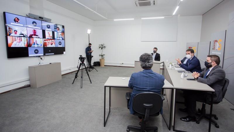 PORTO ALEGRE, RS, BRASIL, 12/04/2021 - O governador Eduardo Leite sancionou, na tarde desta segunda-feira (12/4), os projetos de lei 65/2021, que cria o auxílio emergencial gaúcho, e 36/2021, que altera taxas do DetranRS relativas a serviços de veículos.