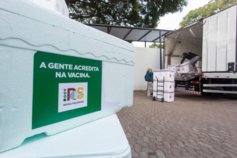 PORTO ALEGRE, RS, BRASIL, 23/04/2021 - O Rio Grande do Sul recebeu, na manhã desta sexta-feira (23/4), uma nova remessa de vacinas contra a Covid-19, com 192.750 doses da AstraZeneca e 50,2 mil da Coronavac. A distribuição às Coordenadorias Regionais de S